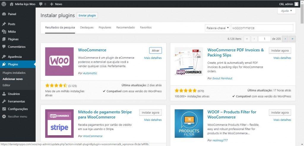 Imagem exibe painel administrativo do WordPress na seção de instalação de plugins. O plugin do Woocommerce está sendo ativado.
